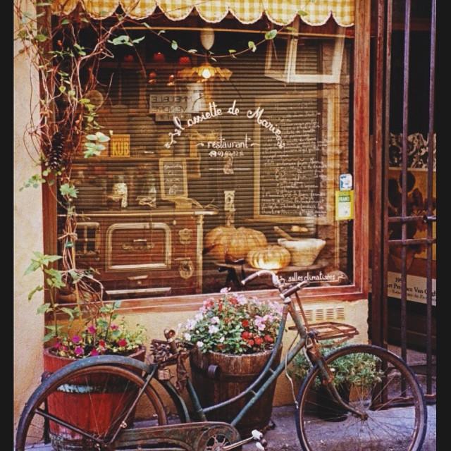 Ainda sobre a Provence ? Dica de restaurante: {L'Assiette de Marie} É um bistrô charmoso, decoração linda e comida boa! O preço é ótimo e vale a pena passar por lá. Fica perto da casa de Nostradamus, bem no centro de Saint Rémy. ??? #viajandoadois