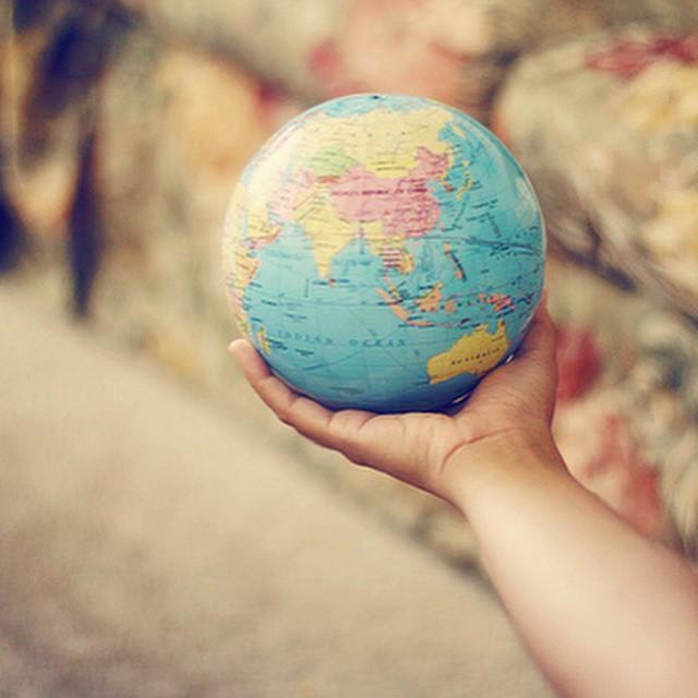 O mundo nos espera... ✈️? Carnaval acabou, hora de pensar na próxima! Quem já está de mala pronta? ?? #viajandoadois